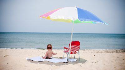 Σε ποια ηλικία μπορώ να πάρω το μωρό μου στην παραλία και τι να προσέξω;